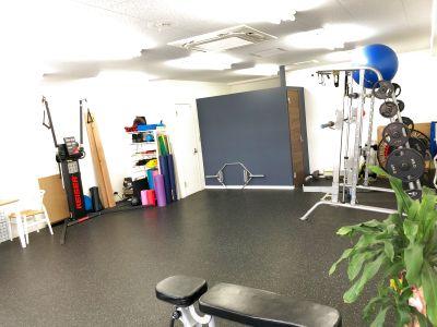 プライベートジムで周りを気にせず、仲間とトレーニング!! 完全個室で集中してレッスンやトレーニングができます - Hearts Bridge高宮