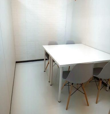 4名までの打合せ、面接、作業等に最適な個室タイプのミーティングルームです - 所沢ノード シェアスペース