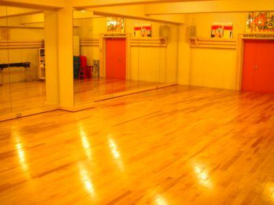片面鏡、スプリング入り床、ダンス、歌などのレッスンの他、パーティなどにもご利用可能なスペース! - Studio Muku