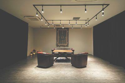 アップライトピアノ常設の多目的スペース。音楽リハーサルをはじめ、ミーティング、集会、ヨガクラスなどにもお使いいただけます。 - SPACE AVAILABLE