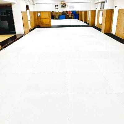 換気もよく、広くて、マットが敷いてありますのでスポーツ、教室など多角的にご利用可能です。 - レンタルスペース所沢 加圧