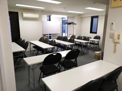 代々木駅3分、新宿駅8分の場所にある着席30名の貸し会議室。24時間利用可能。 - なないろボックス 新宿代々木店