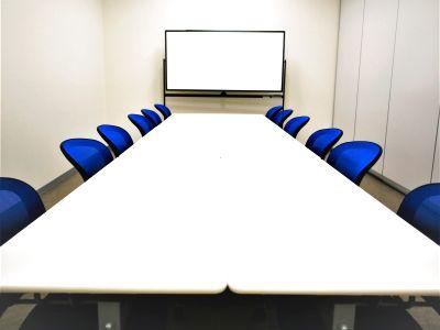 【拝島】複合施設内で便利!コンパクトで使いやすい貸し会議室で会議やミーティングを。(12名) - NATULUCK拝島