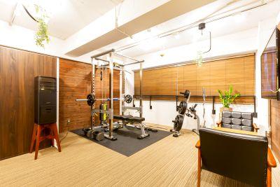 完全個室のトレーニングスペース、パワーラック、更衣室完備、デザイナーズオフィスビル!本町駅、堺筋本町駅から徒歩5分 - CONTINUATIONFIT