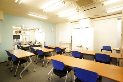 プロジェクター、ホワイトボード等完備。会議やセミナー、教室に最適です。 - 株式会社アレルゴ セミナールーム