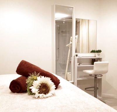 完全個室シャワー付きのサロンスペース♪オイルマッサージ、脱毛など多用途に利用できます。(女性限定) - Body care labo R