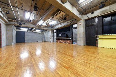 広々50平米!レンガとコンクリート壁のオシャレなダンススタジオです。 - アネックス仙川ファクトリー