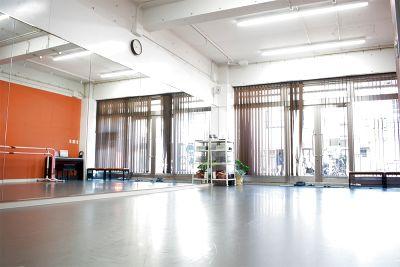 駅近!備品使用無料・WIFI有・ 明るくて綺麗なダンススタジオ。リフトも安心の天井高3.5m・リノリウム・キッズスペース完備 - 【アトリエ エマーブル】