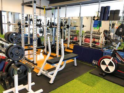充実したトレーニング機器と人工芝エリアで、小スペースながら多目的に利用できるトレーニングスタジオ - レンタルジムCHOICE FIT