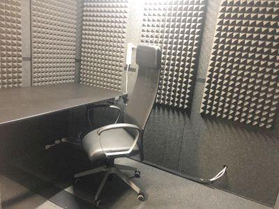 お一人用の防音室です。音声収録、楽器の練習等にお使いください。 - V2bスタジオ