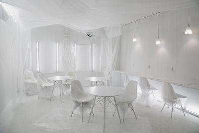 見渡す限り真っ白の異空間カフェ&バー - White Out