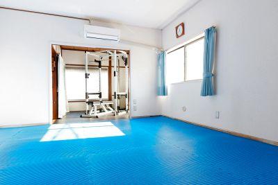 広いストレッチスペースと充実したトレーニングが可能なパーソナルトレーニングジムです。 - スポーツ整体院めんてな