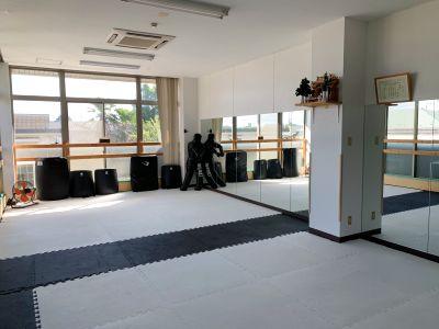 ダンスやヨガの個人レッスンや練習に。 食事や飲み物を持ち寄り簡単なママ会を行うもよしです。 スペースを利用してなんでもOKです。 - 秋津道場 レンタルスペース