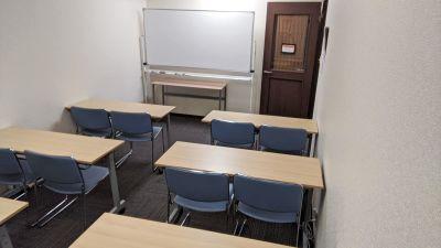 博多駅より徒歩3分、小規模セミナーや勉強会、ミーティング等に最適なお部屋です。フリードリンク・無料WiFiあり◎ - 勉強カフェ博多プレース 会議室