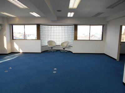 テレワークレンタルスペースは清潔な暖かい空間になっています。サテライトスペースは広さがいろいろ選べます。絵が飾ってあります。。 - 「グリーンオフィス」テレワーク