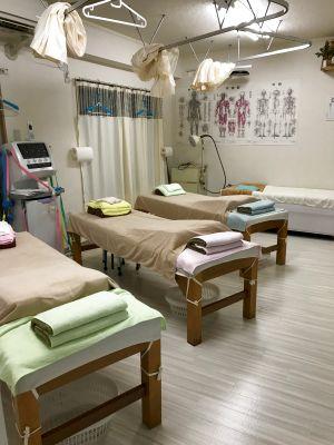 南浦和駅東口徒歩5分レンタサロンに併設の施術ベッド3台付きのスペースです。施術セミナーや勉強会に便利です。 - 南浦和駅東口徒歩5分レンタサロン
