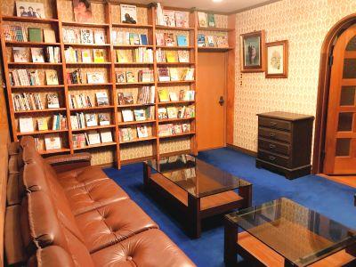 レトロな洋間を読書室にしました。気分を変えてリモートワークにいかがでしょか? - 大宮台ひだまりと本の家