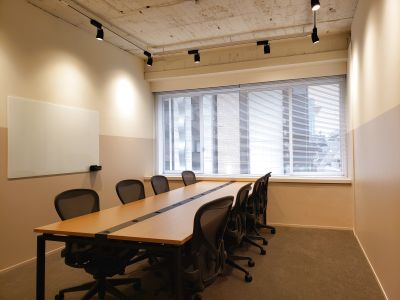 六本木駅徒歩30秒。8名会議室。完全個室。アーロンチェア・48インチモニター・ガラスホワイトボード付。 - HOLDER roppongi
