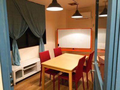 大きなホワイトボードがあります。 英会話教室など各種教室に適しております。 - WARM PLACE