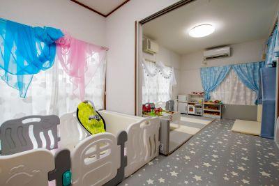お子さま連れに安心のオールフロアマット!おもちゃもたくさんあり、ママ会やパーティに最適なスペース。 - 親子のくつろぎどころ りみぃ
