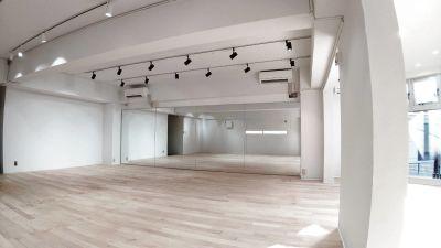 渋谷ハチ公口から徒歩5分、神南に佇む雰囲気の良い立地に有ります。白を基調とした綺麗で広々としたスペースです。 - 渋谷RIZEスタジオ