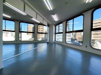 国立でダンスやヨガができるスタジオ/ ダンスに最適リノリウム床材/2.0m x 3.6mの大型鏡 - レンタルスタジオ国立リノ