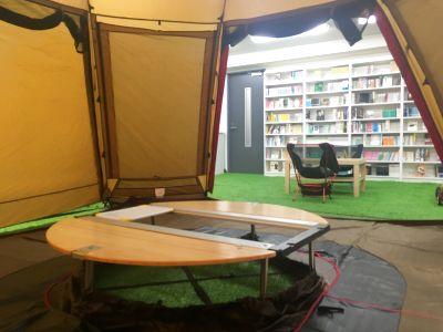 本に囲まれた屋内公園。芝生とテントで気分を変えて【2020/12更新】 - ちばぎんざ図書館