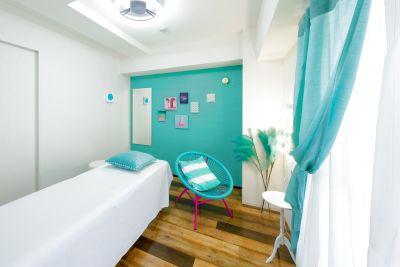 完全個室のデザイナーズマンション!マイアミをの海辺をイメージしたおしゃれな空間です。 - レンタルサロンキラリラ難波店