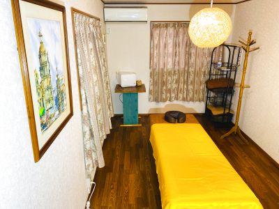 個室。照明はアジアンテイスト。疲れがとれる照明とお客様と仲良くなれる空間 - レンタルサロンモモ