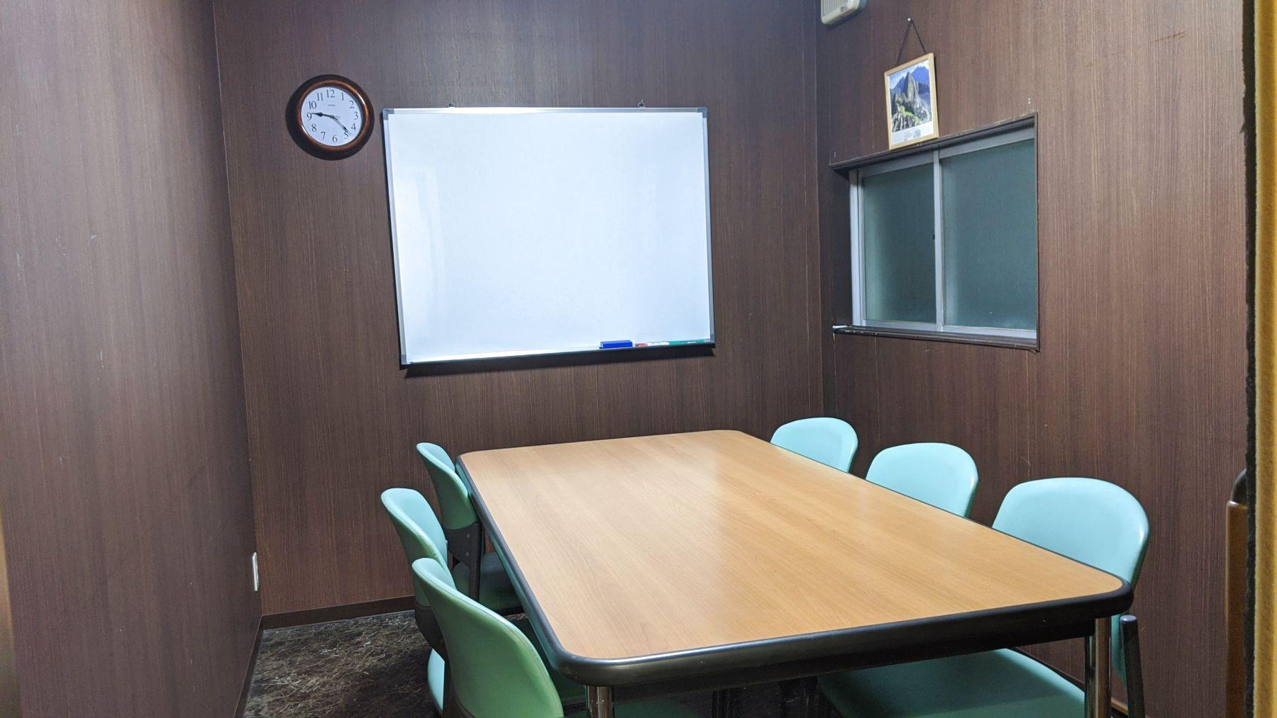 最大6人まで収容可能です。 - 勉強カフェ博多プレース 会議室 ミーティングルームの室内の写真