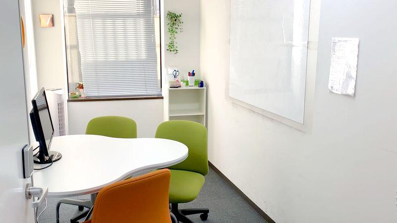 【新宿】知恵の場オフィス 別館 新宿駅徒歩7分!会議室B 3名の室内の写真