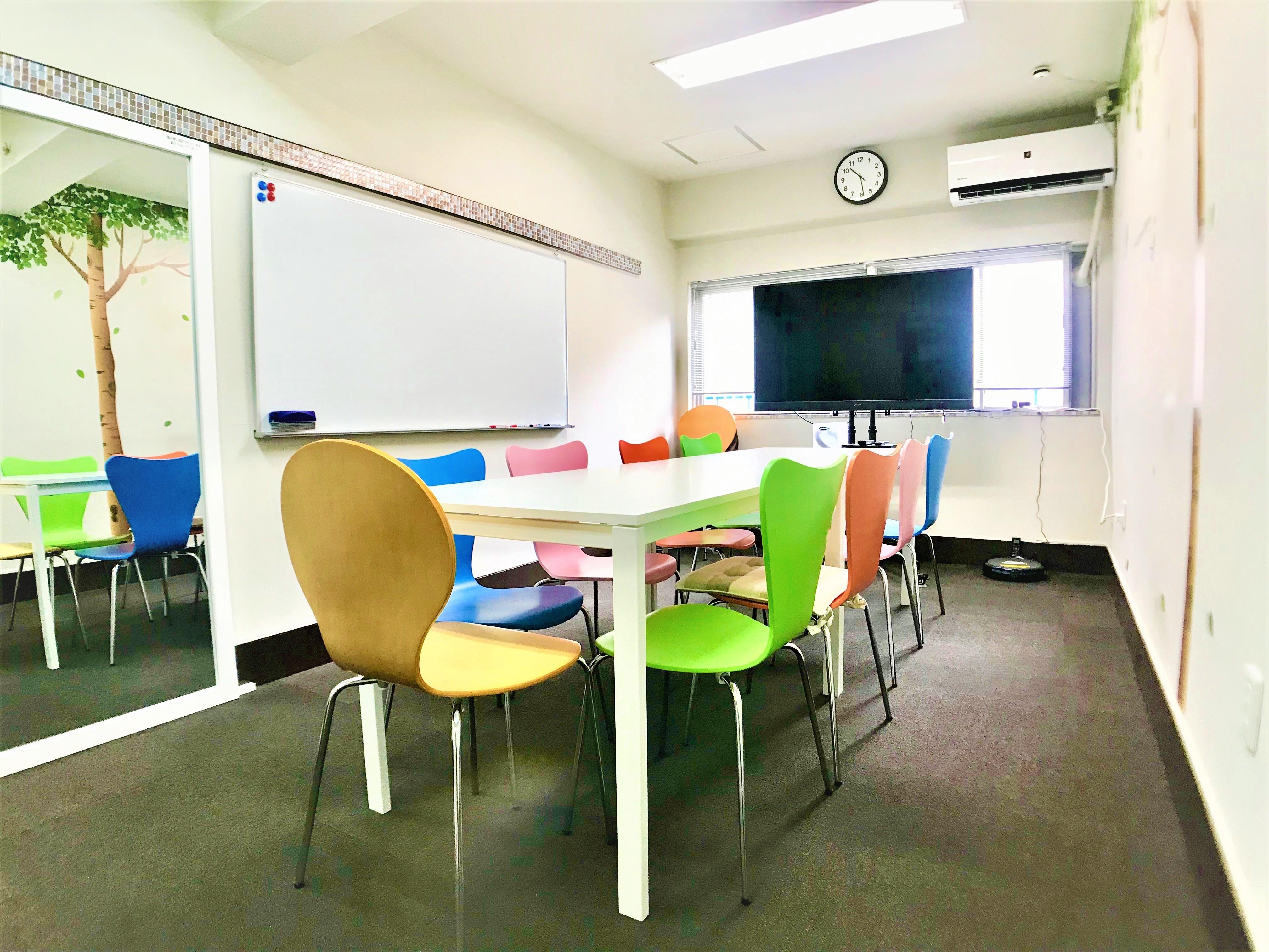 【西新橋のみんなの会議室】 お洒落で機能的な多目的スペースの室内の写真
