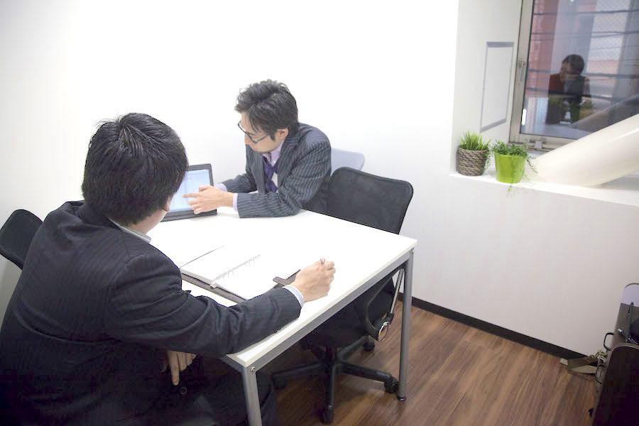 インスタント会議室 横浜店 【4名用】少人数向け会議室の室内の写真