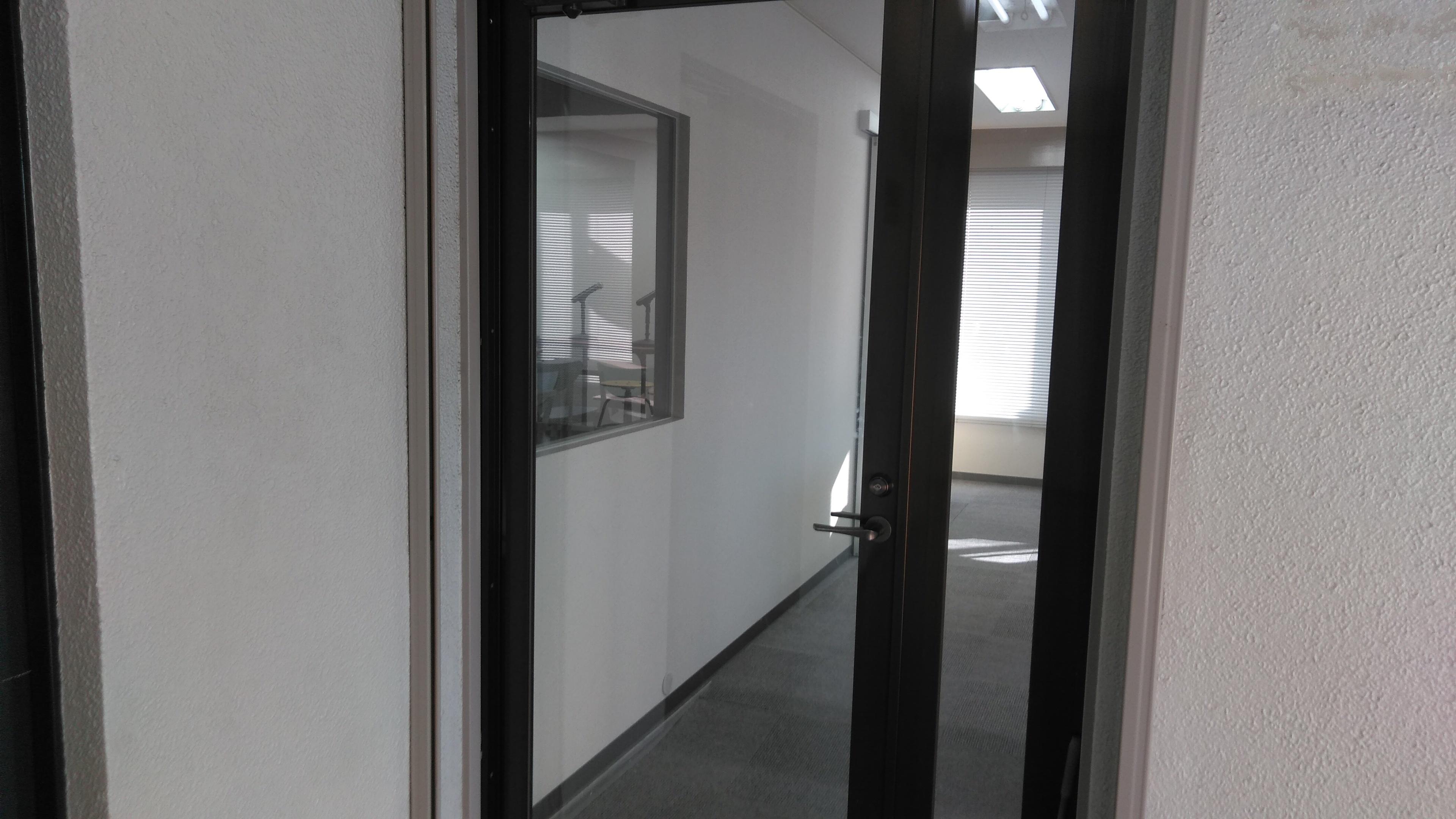 ホンマルラジオ大阪スタジオ 貸し会議室、レンタルスタジオの入口の写真