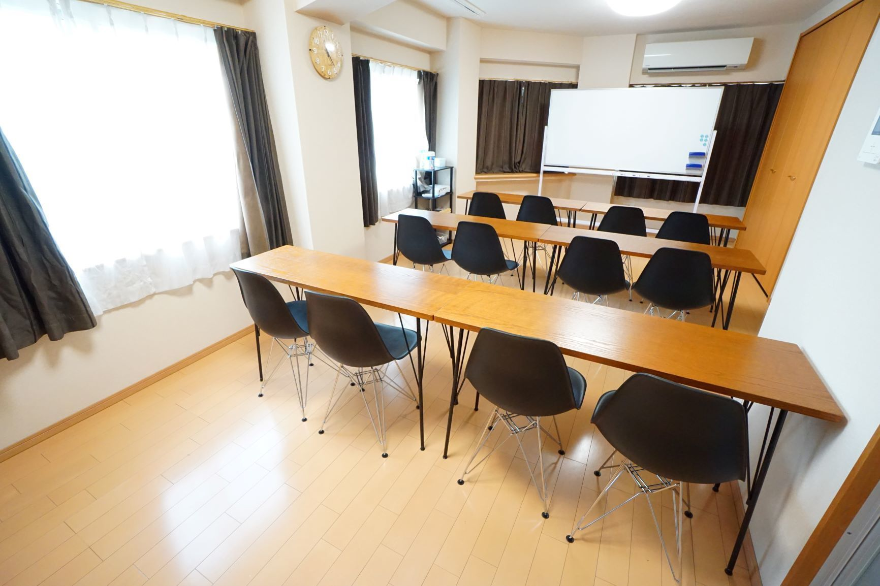 【シナモン会議室】 プロジェクタ無料の貸し会議室♪の室内の写真