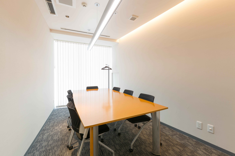大きな窓があり明るい会議室です! - レンタル会議室 ミーティングルーム 2の室内の写真