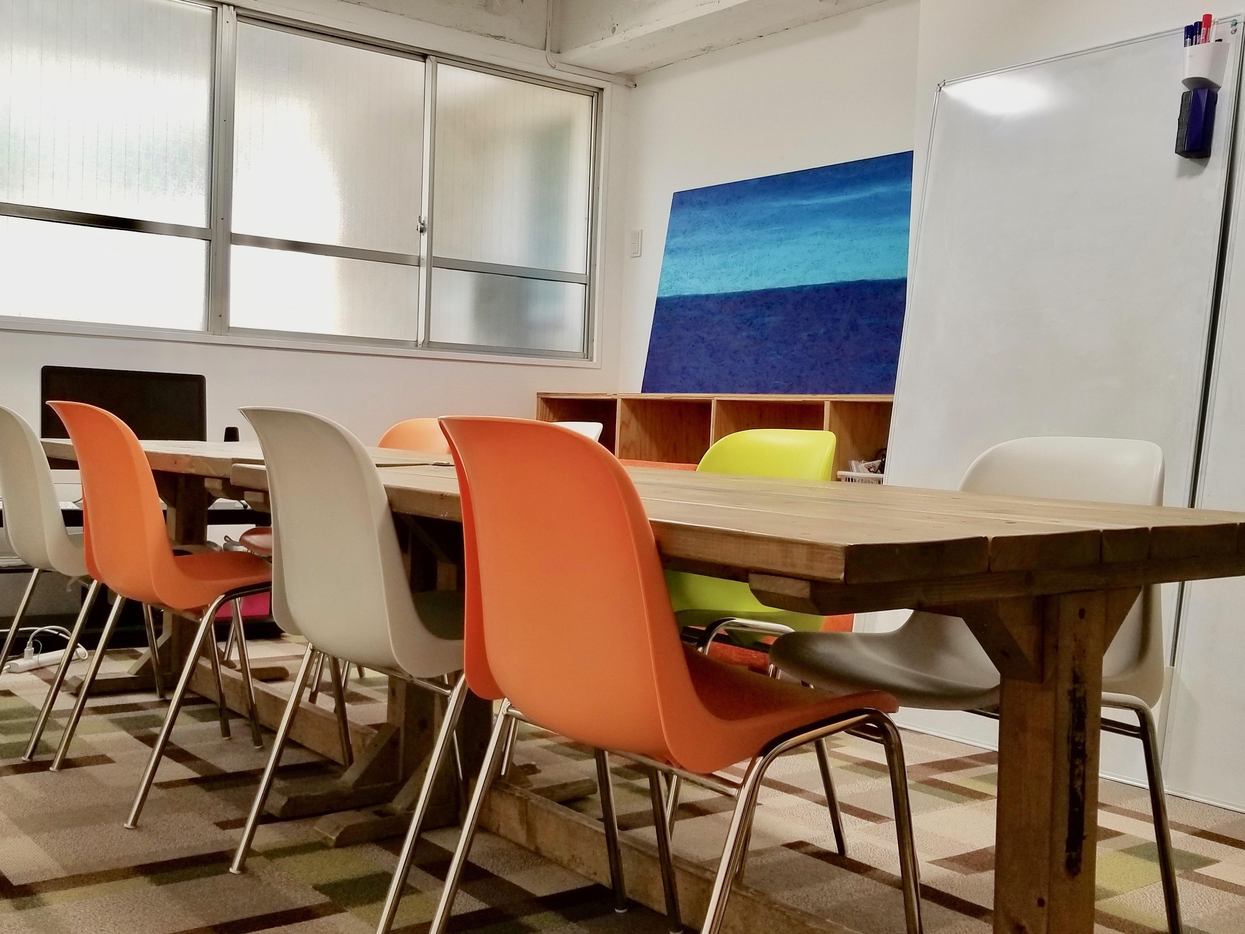 上野 貸し会議室 いいオフィス 4名〜8名用様用会議室の室内の写真