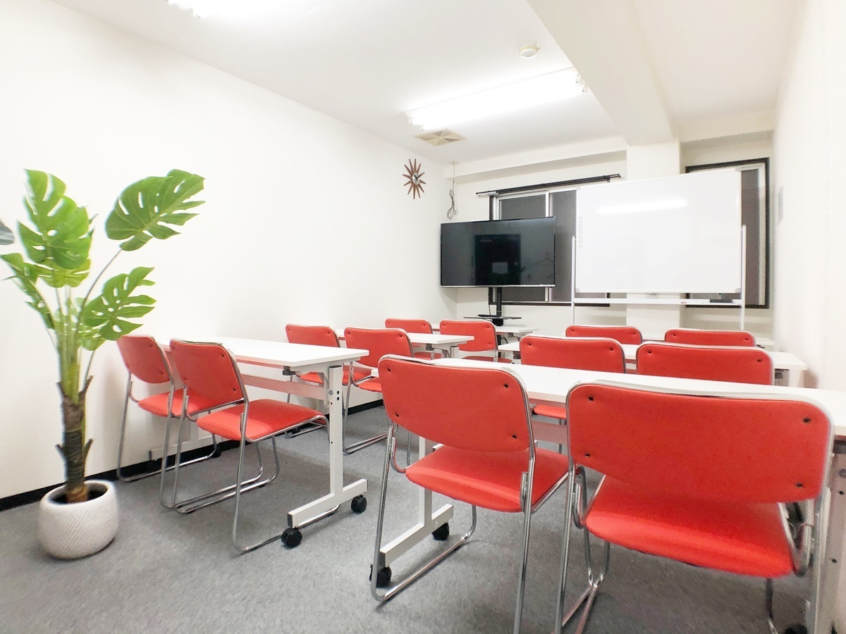 お気軽会議室 本町 アストル本町 会議室の室内の写真