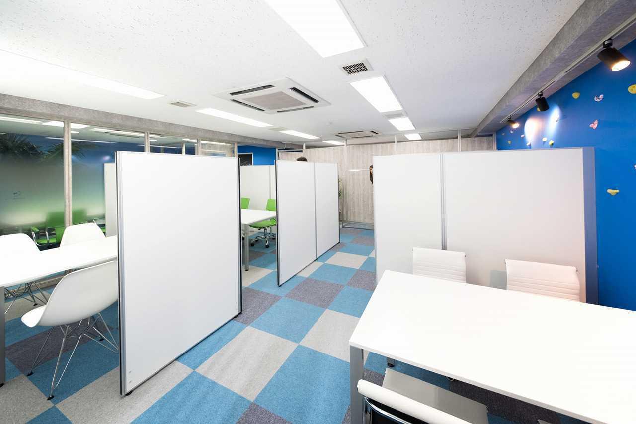 KIZASU.Office ミーティングブース(4~6人席)の室内の写真