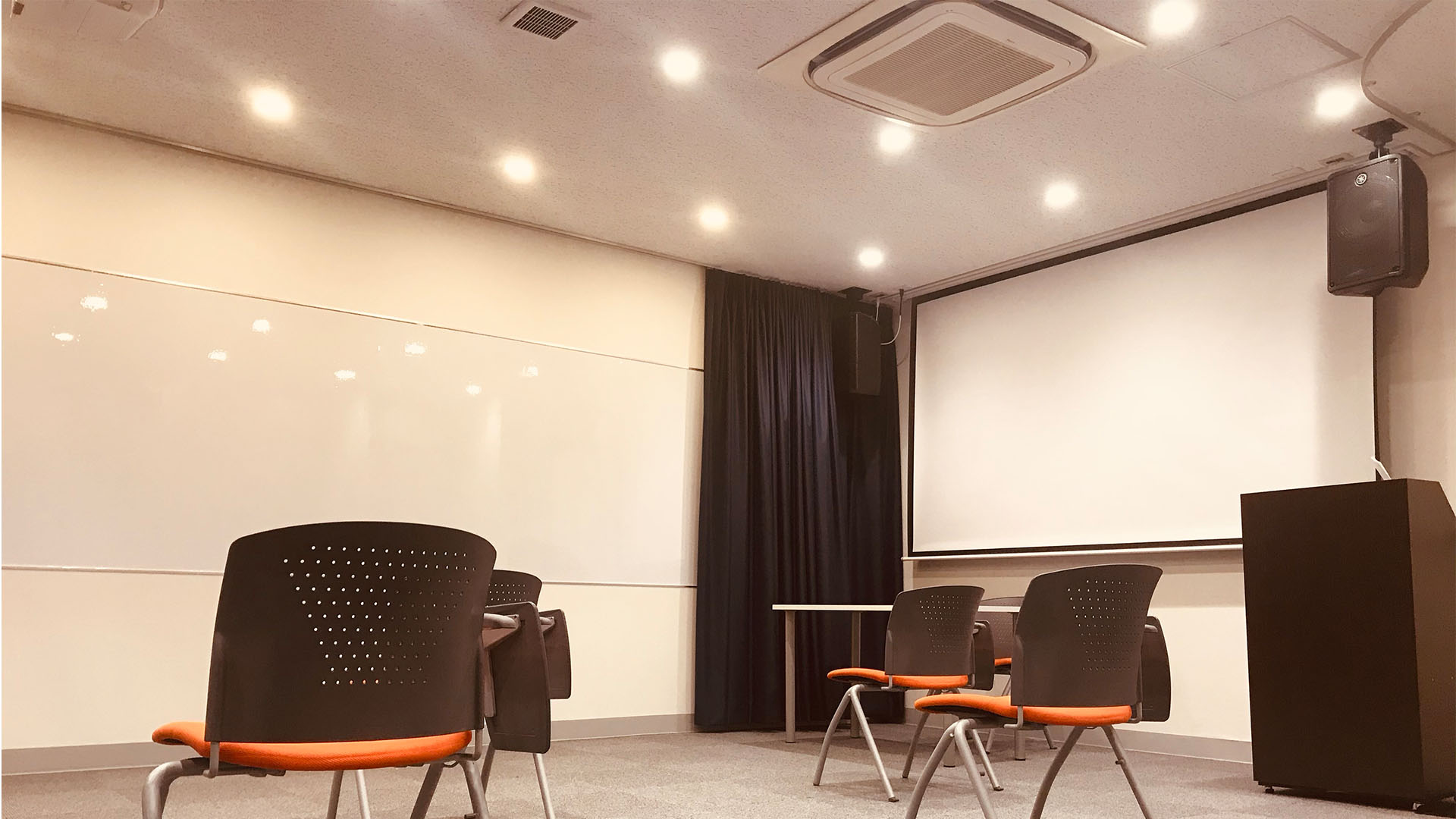 設備が充実◎ 広々としているため、様々なレイアウトでご利用いただけます。 - STUDIOLOVOXUMEDA 多目的スペースの室内の写真