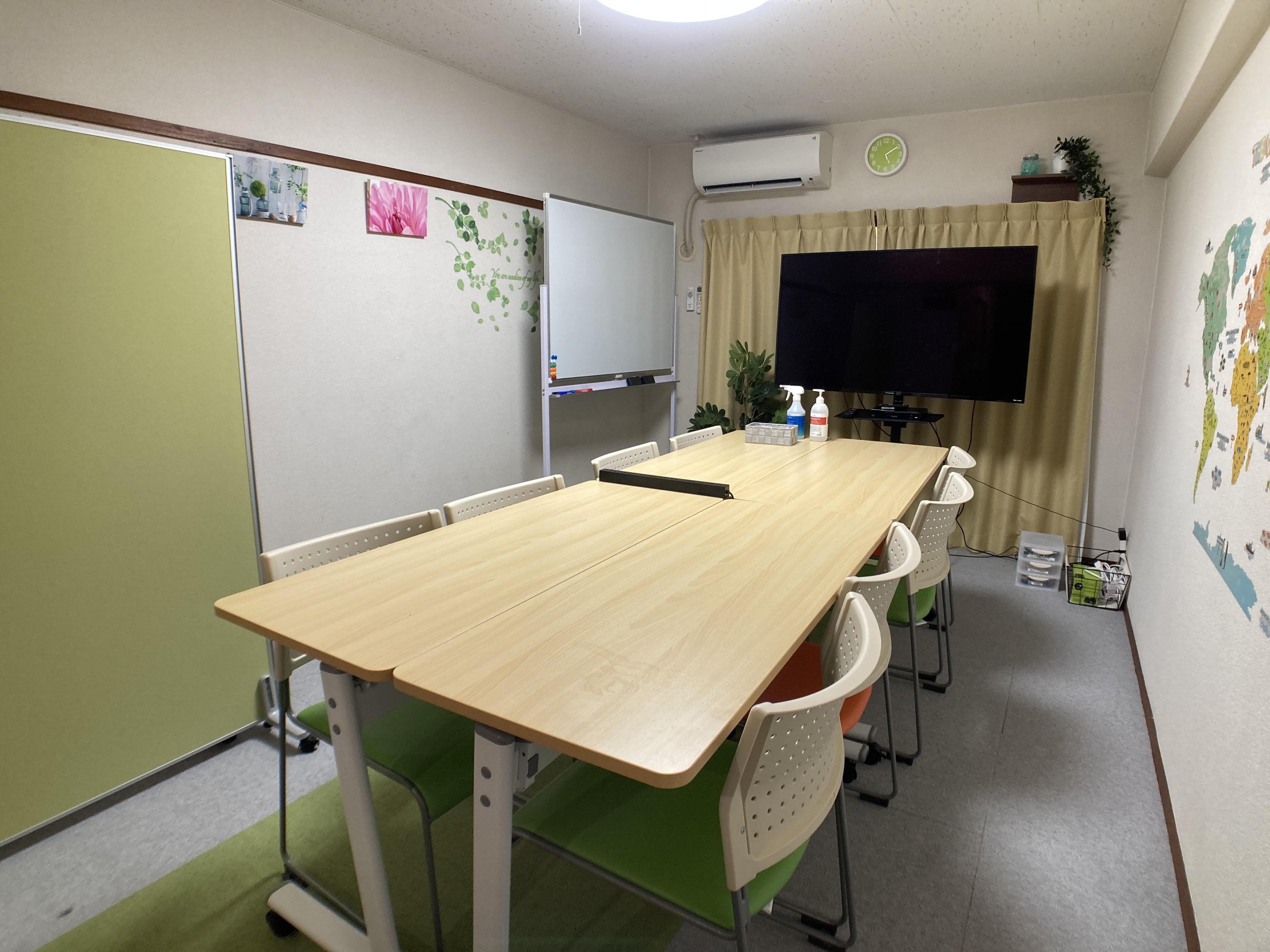 8名様までのミーティング用基本レイアウトです。 - レンタル会議室 としょかんのうら 貸会議室 レンタルスペースの室内の写真