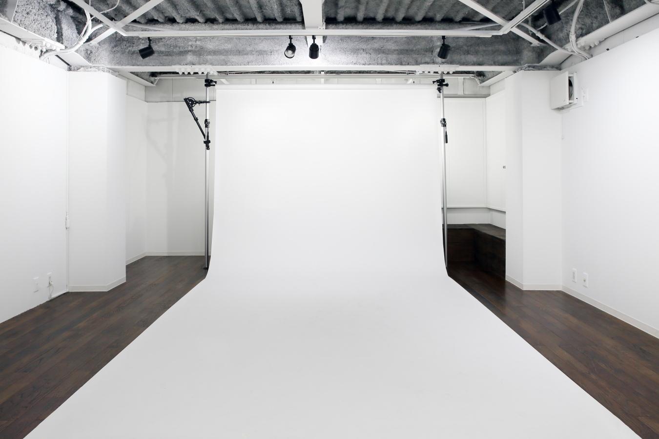 白背景紙の他、グリーンバックや黒背景等のオプションもございます。 - 撮影スタジオ、フリースペースシー 撮影スタジオ、フリースペースの室内の写真