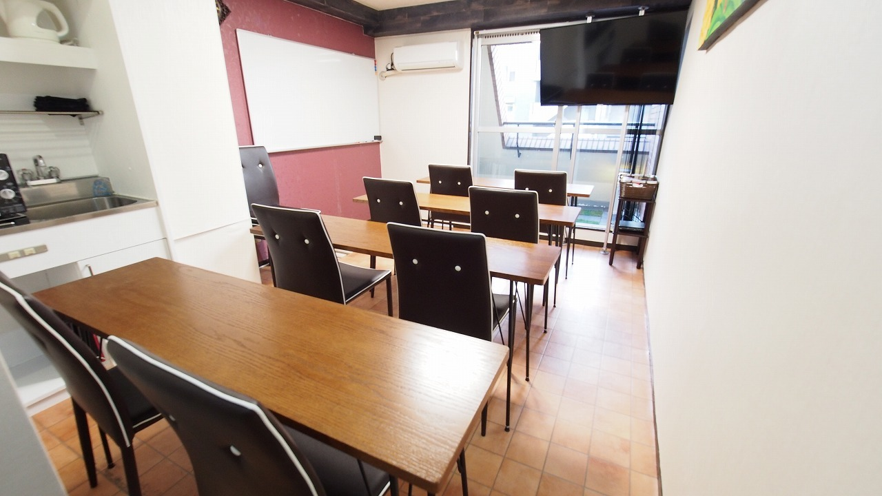 上映会向けレイアウト - 貸し会議室【モルディブ】 渋谷少人数利用可レンタルスペースの室内の写真