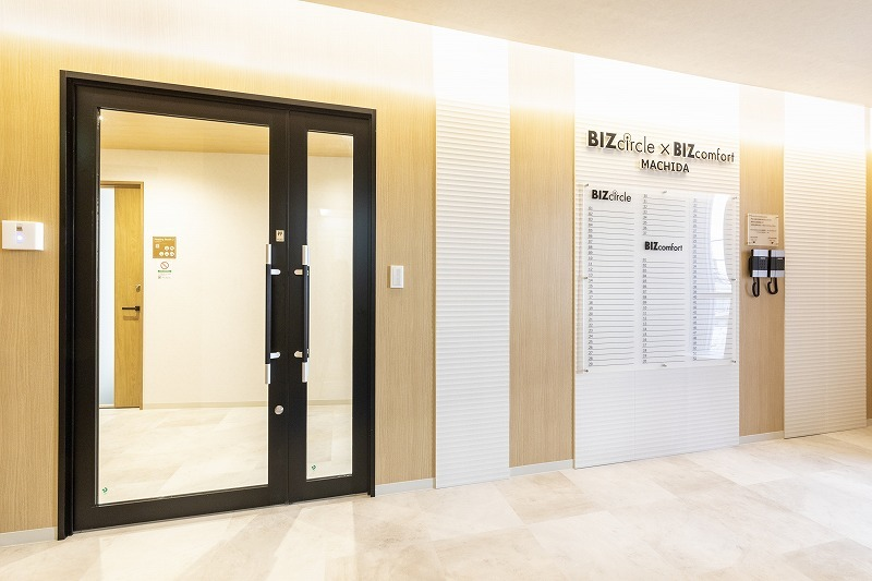 BIZcomfort町田 会議室(8名用)の入口の写真