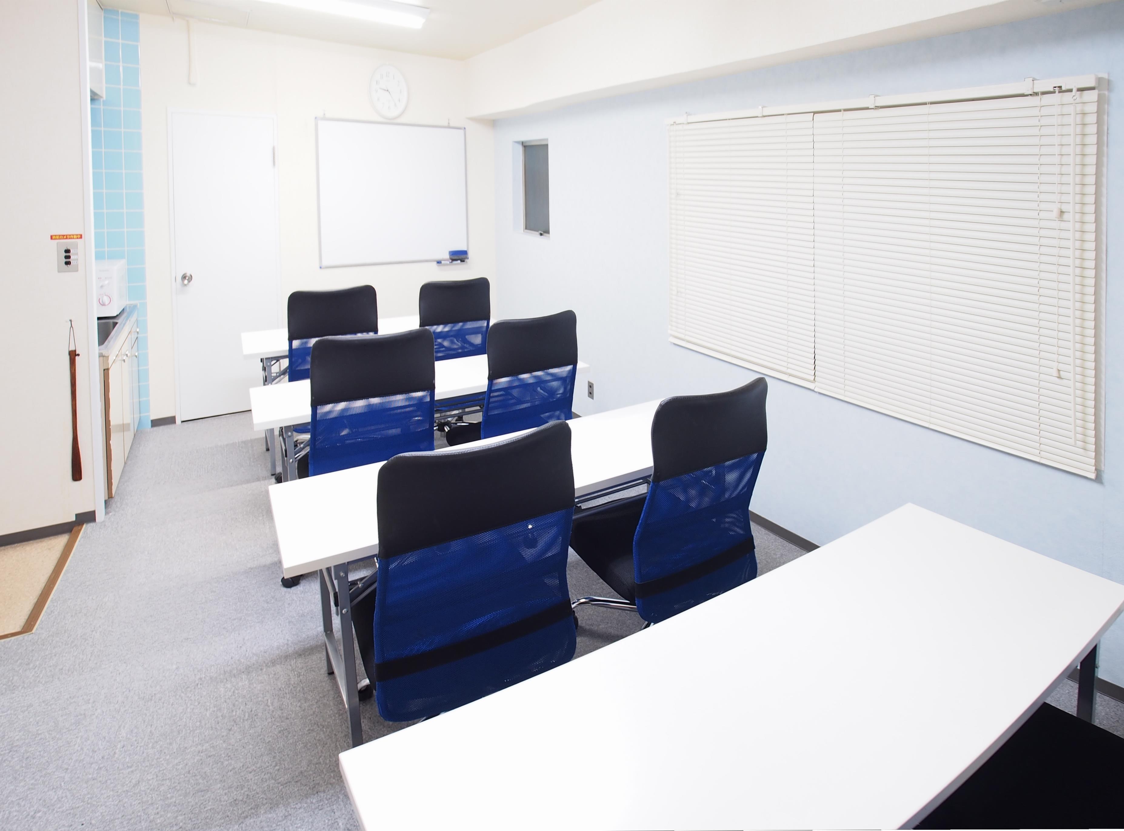 教室・セミナー向けレイアウト - 【マリーナ】新宿の貸し会議室 WiFi大型モニタホワイトボードの室内の写真