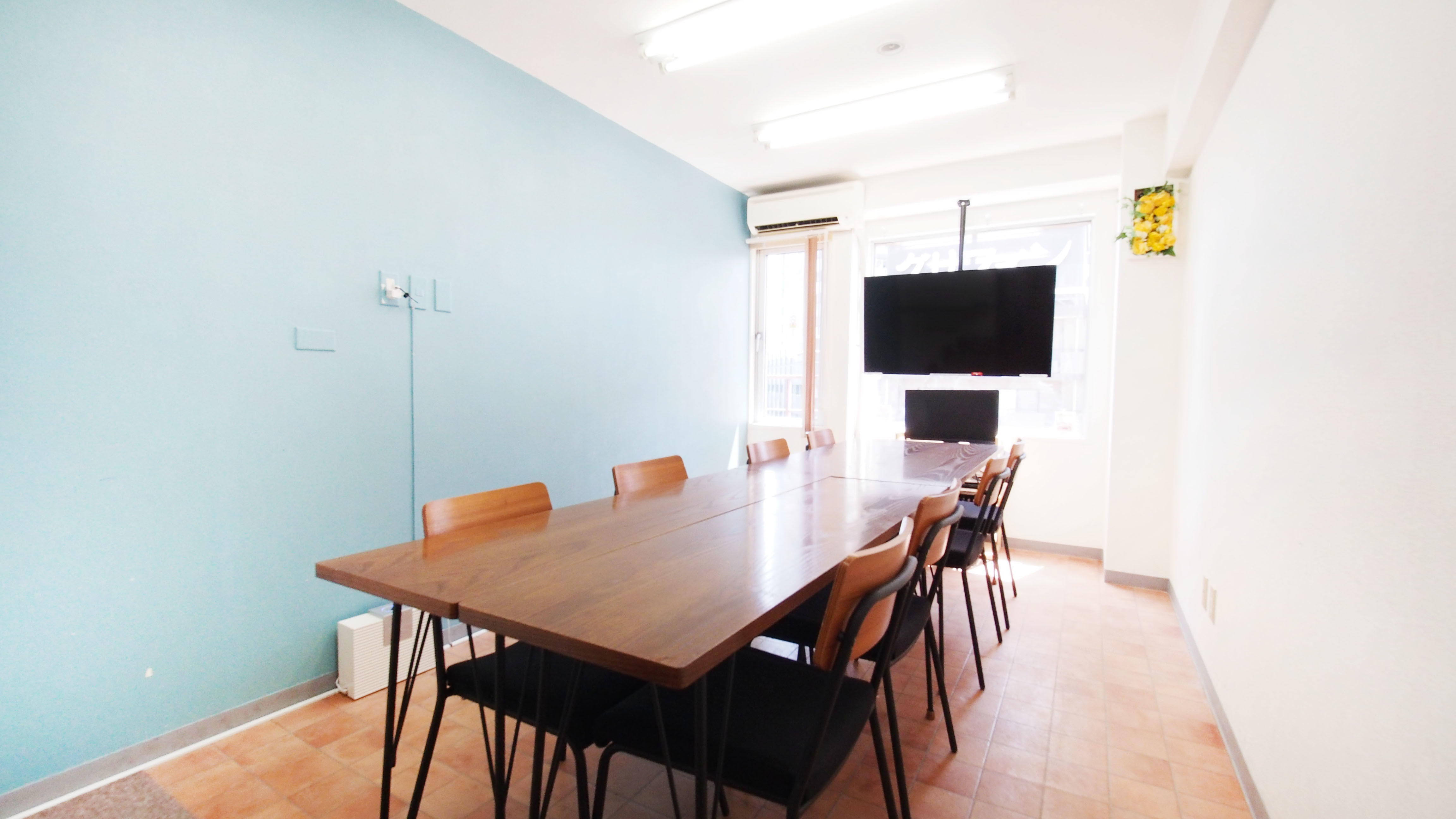 明るいブルーの壁が特徴のレンタルスペースです - 【テラス】横浜の貸し会議室 WiFi大型モニタホワイトボードの室内の写真