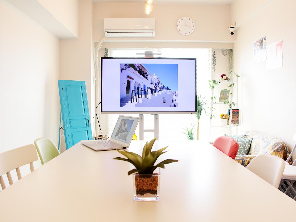 大型モニター(キャスター付)使っての会議ができます。 - 高田馬場スペース アンダルシア会議室の室内の写真