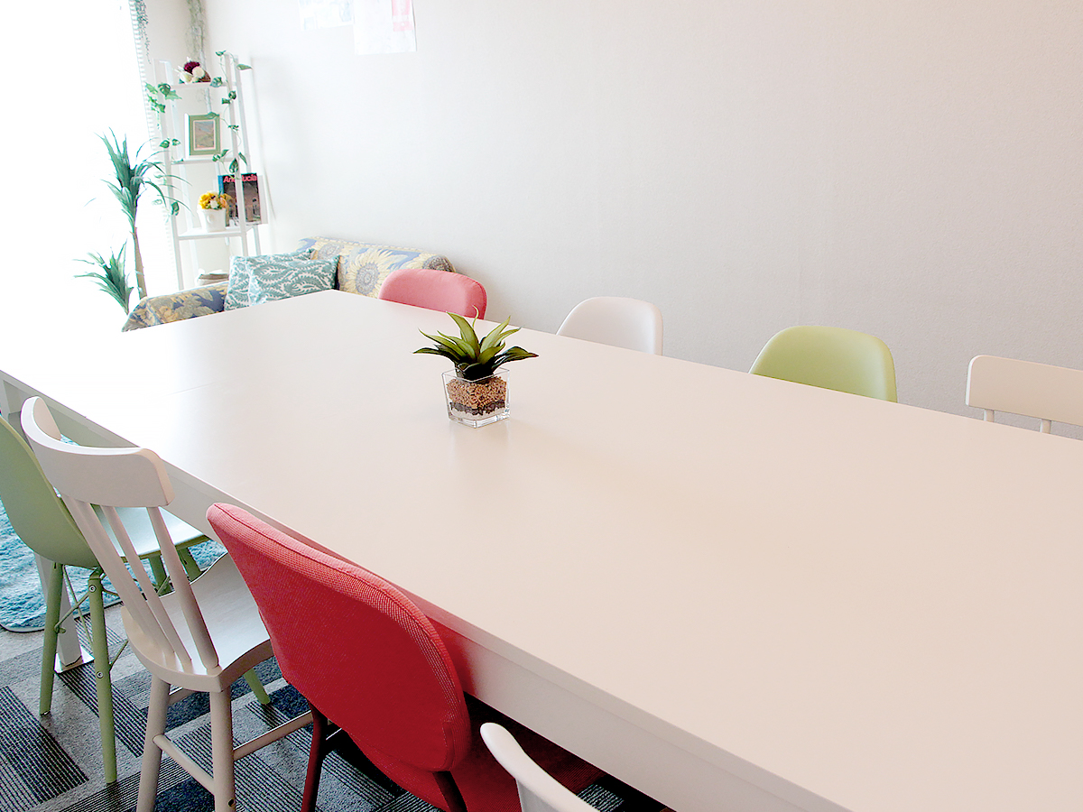 8人掛けの堅固なテーブル。縦240×幅100㎝とゆったりしています。 - 高田馬場スペース アンダルシア会議室の室内の写真