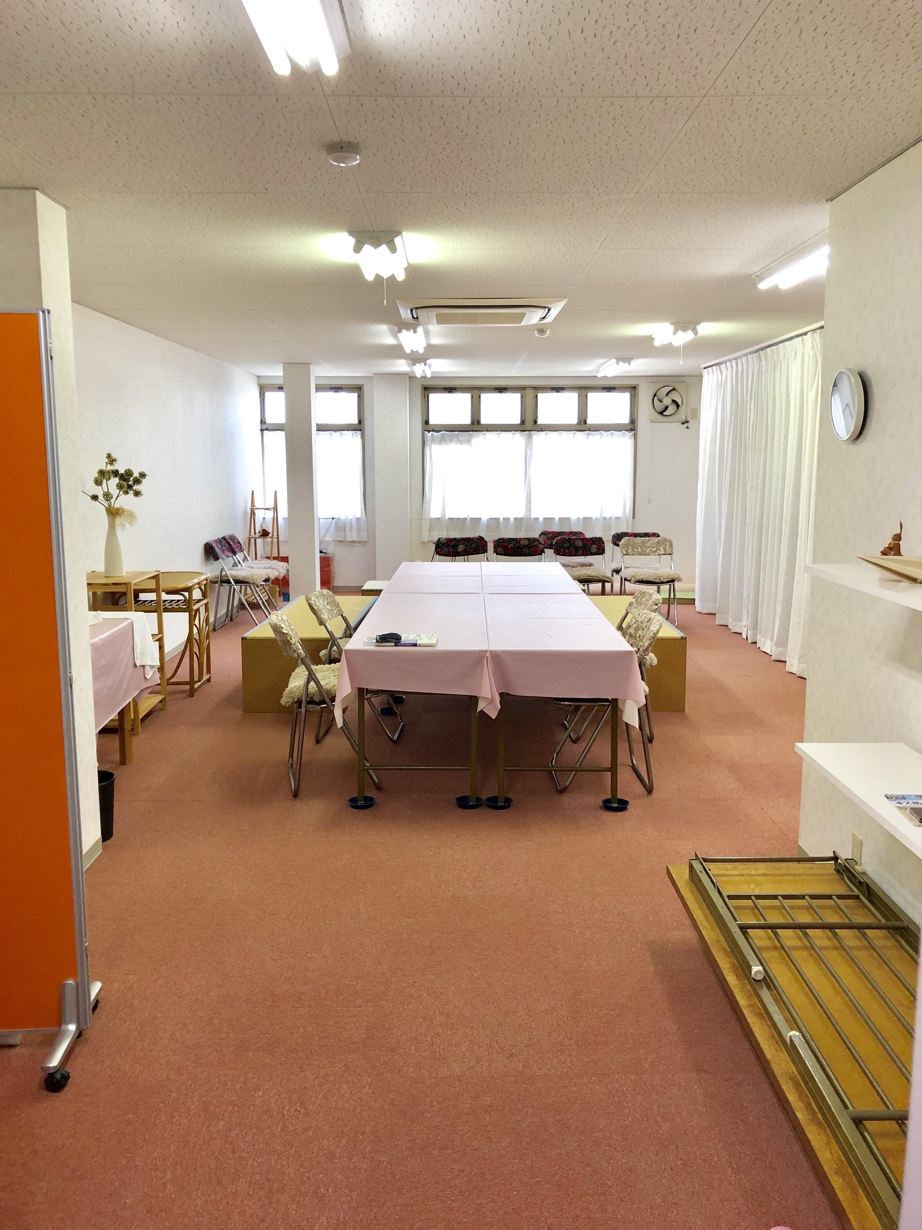 机や椅子をどかしてもOK - スタジオ・ブロードウェイ 70平米の貸し会議室の室内の写真