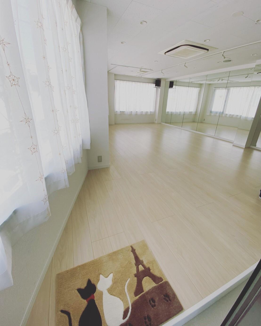 白を基調とした明るいスタジオです - レンタルスタジオPiatto ダンスが出来るレンタルスタジオの室内の写真